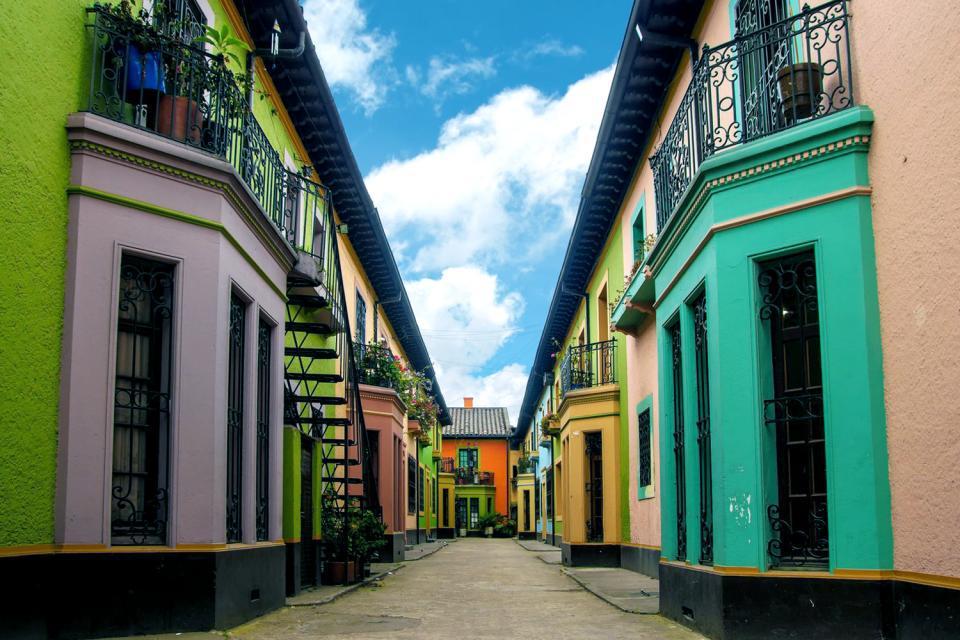 Bogotá, la capital, con sus 6,4millones de habitantes, tiene un importante centro histórico, la Candelaria, donde se encuentran museos de los que destaca el increíble museo del Oro (30.000piezas de estilo precolombino de oro macizo) e impresionantes edificios coloniales como el palacio del Arzobispado (y sus puertas macizas de bronce)....