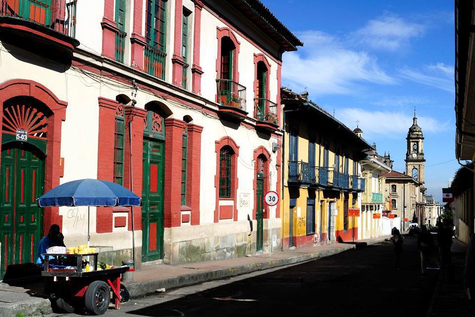 El barrio histórico y colonial de Bogotá, un lugar en el que merece la pena vivir y pasear a través de sus calles pavimentadas.