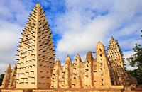Bobo-Dioulasso, deuxième ville du pays et capitale économique, plaît généralement beaucoup aux voyageurs. On peut y admirer la gare, vestige de l'architecture coloniale, d'inspiration mauresque des années trente, les vieux quartiers de Kibidoué et de Sya aux maisons construites en terre, et bien sûr la célèbre mosquée de Banco qui dresse fièrement ses minarets hérissés de piquets. Le grand marché de ...
