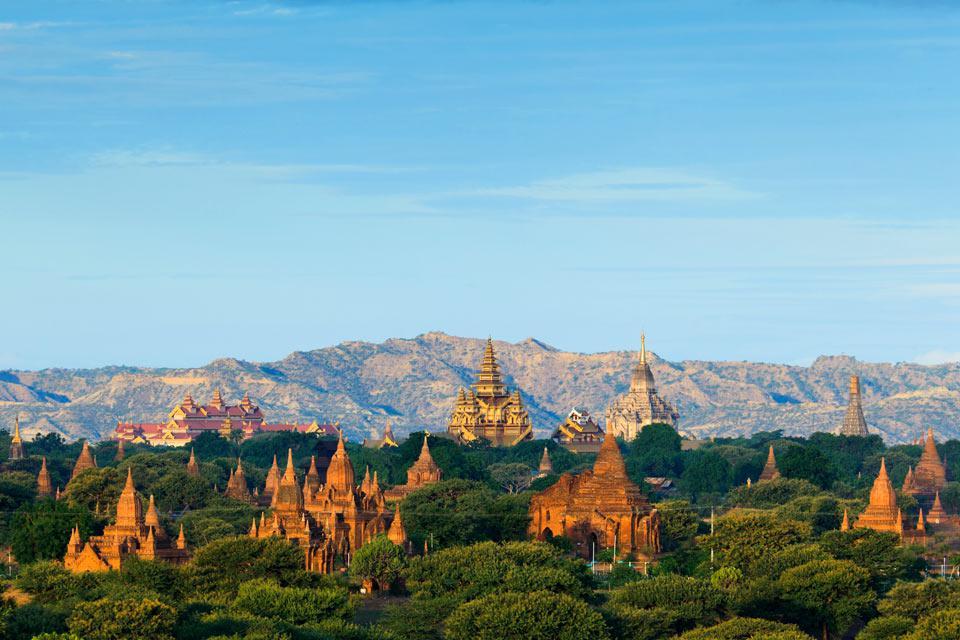 Majestueux site archéologique n'ayant rien à envier à Angkor, Bagan (ou Pagan) est clairement l'un des bijoux de la Birmanie et justifie à lui seul une visite au pays des toits d'or. Ce site inestimable abrite plus de 2 200 temples, stupas et pagodes, érigés entre le XIème et le XIIIème siècle, éparpillés sur plus de 42 km² ! Parmi les moments forts d'une visite, retenons la pagode de Shwezigon et ...