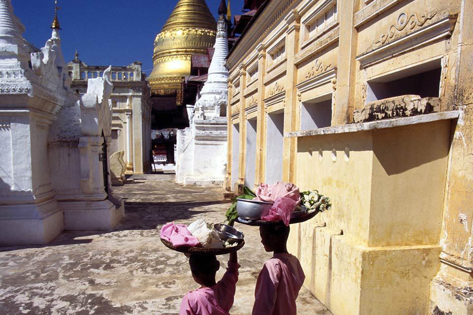 La ville a été fondée au IXème siècle et la construction des temples et pagodes débute au XIème siècle, sous le règne d'Anawratha.