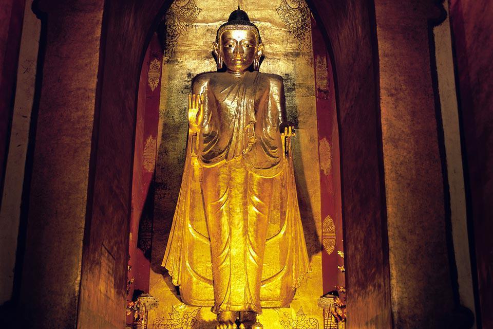 La pagode Mahabodi, à l'architecture originale, entourée de niches renfermant des bouddhas assis et d'une frise de nats.