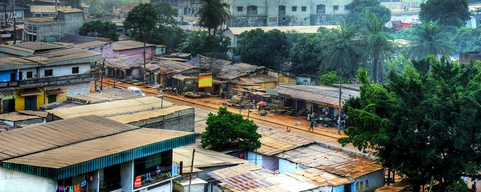 Afrique; Cameroun; Yaoundé; ville; bâtiment; bidonville; arbre;