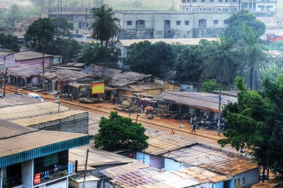 Même si Yaoundé n'a rien d'une ville reposante, la capitale du pays saura trouver son public auprès de ceux qui s'intéressent à la culture et à la mosaïque ethnique du pays. On y côtoie, en effet, un panel assez large des différentes composantes de la population camerounaise, notamment dans les quartiers de Messa, Mokolo et de la Briqueterie. Il faut faire l'excursion du mont Fébé et visiter le musée ...
