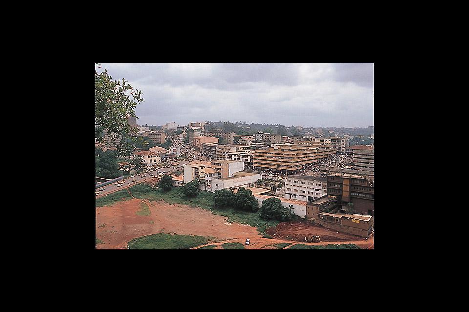 Yaoundé est surnommée la ville aux sept collines. Elle abrite la plupart des plus importantes institutions du pays.