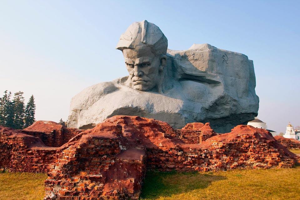 Brest, ein Schienen- und Straßenkreuzpunkt, liegt an der polnischen Grenze etwa 350 km von Minsk entfernt. Wie dies bei grenznahen Städten häufig der Fall ist, ist die Stimmung hier geschäftig, hektisch und turbulent. Während der Besatzung und der deutschen Invasion hat diese Stadt ebenfalls viel gelitten. Ein Besuch der Festung von Brest aus dem Jahre 1842 ist ein Muss. Für ihren Bau wurde eine ganze ...