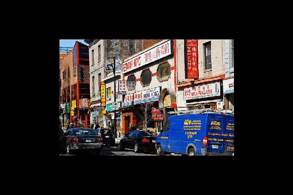Montreal, dividida en 19 distritos, es rica en barrios de carácter muy marcado, como el barrio chino cuya comunidad está muy presente en Montreal.