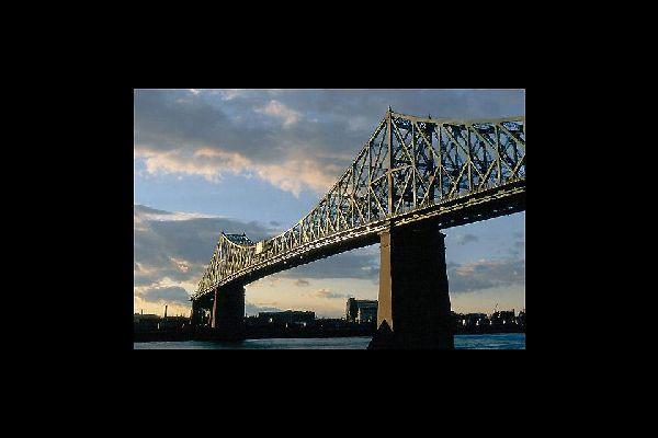 El puente, que une la isla de Montreal con la ciudad de Longueuil, fue construido en 1925 por Philip Louis Pratley.