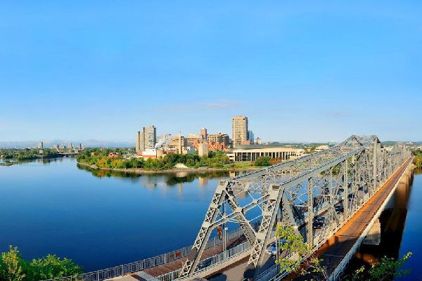 Ottawa, la capitale du Canada, est située en Ontario. C'est une ville d'eau et de nature. Le Parlement, l'emblème de la ville, est installé sur une colline dominant la rivière des Outaouais. C'est la Haute-Ville. Le canal Rideau délimite l'est d'Ottawa et circule en son centre. Il accueille au choix les pique-niques et les promenades sur ses berges, l'été, et les glissages en patins sur ses eaux gelés, ...