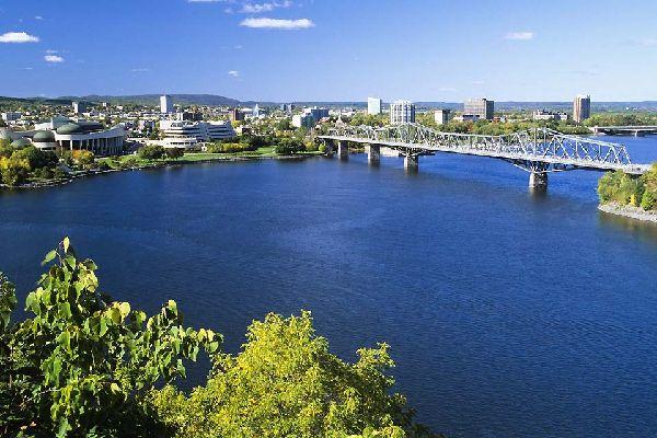 Ottawa est la capitale du Canada, située le long de la rivière des Outaouais.