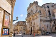 La catedral de Lecce está situada en la plaza con el mismo nombre. Cerca, el obispado y el seminario, de estilo barroco.