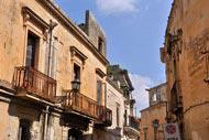 La mayoría de edificios de la ciudad están construidos con la llamada piedra de Lecce, caliza y de tonos cálidos.