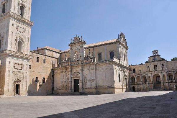 El obispado, adyacente a la catedral, es la residencia del obispo de Lecce. Se trata de un palacio erigido en el siglo XV.