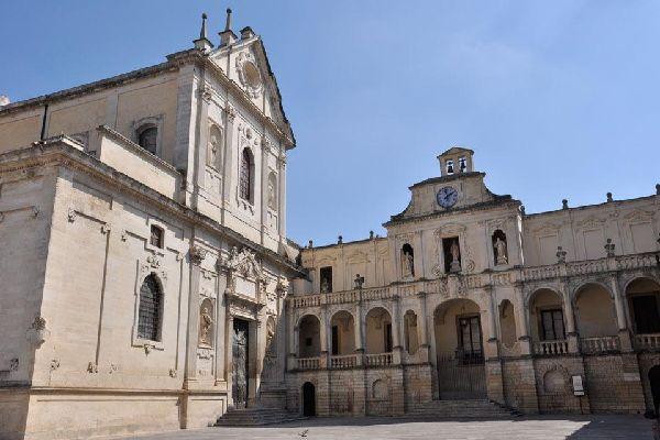 La fachada actual, una obra maestra barroca, fue realizada en 1758 por Emanuele Manieri.