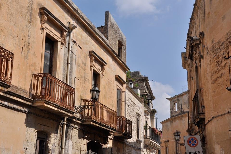 Most of the city's buildings were built with a kind of limestone called Lecce stone, which is very malleable and is warm in colour.
