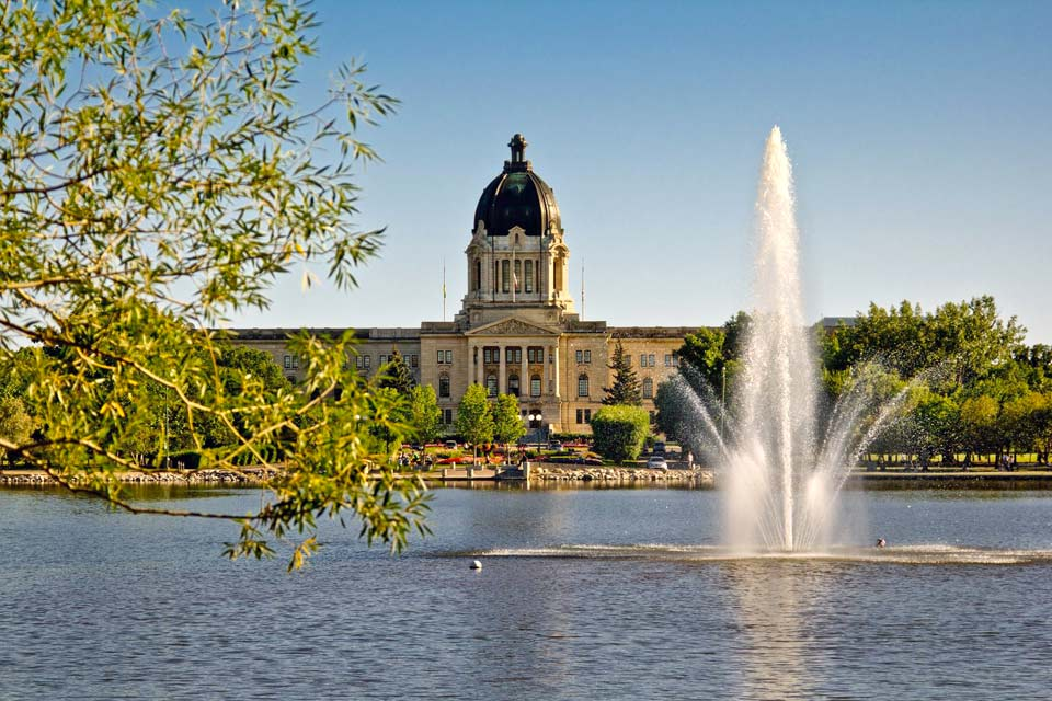 The capital of Saskatchewan, Regina, is not a huge town, but is still very active, particularly in the summer, with numerous festivities. Its undeniable charm makes you think of a town in England. Visitors will find both restful green areas and discover various museums. The Wascana Center, in the centre of the town, has 400 hectares of green space, with a lake, a university, a congress centre and a ...