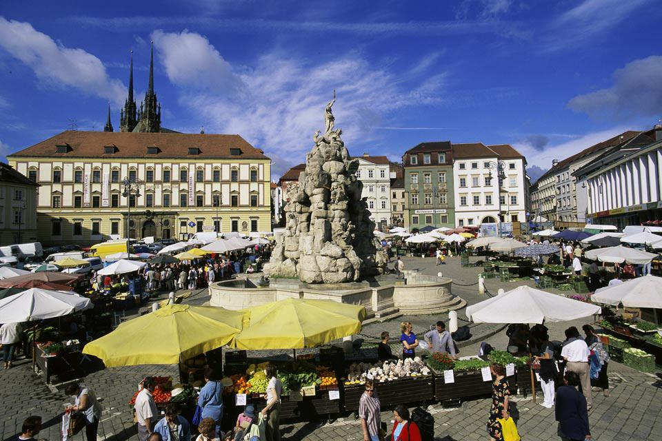 An open-air market around a fountain in Brno.