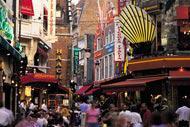 In questa celebre strada della capitale belga si affacciano uno dopo l'altro numerosi ristoranti.