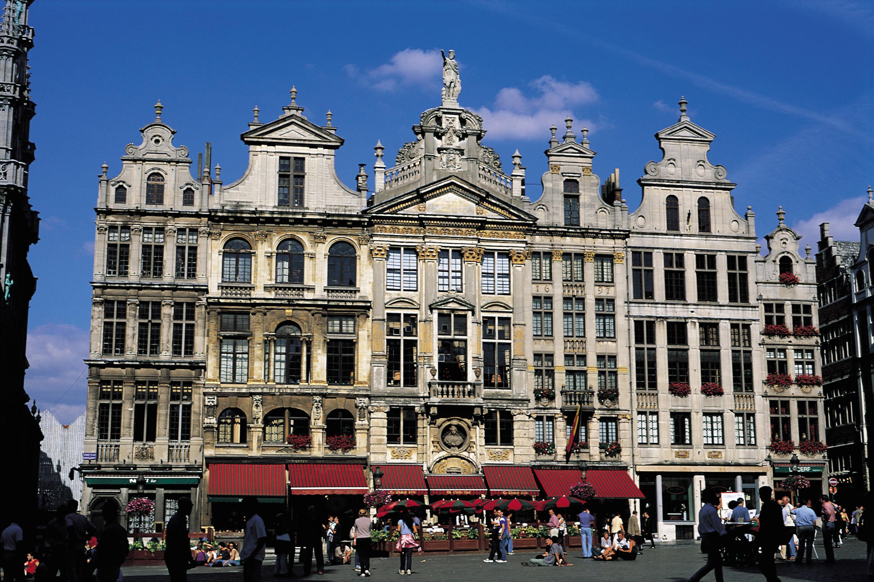 """Capitale sorprendente, Bruxelles sconvolge gli stereotipi, e meno male. Francese ma anche fiamminga, europea e non troppo lontana, la prima città belga riesce nell'impresa di piacere a tutti i viaggiatori. I più giovani vi trascorrono nottate all'insegna di una genuina cordialità che Parigi non sempre offre. I meno giovani si spostano tra negozi e mercati d'antiquariato. Gli """"shopping addicts"""" conoscono ..."""