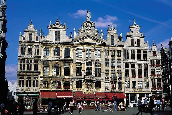 """Capitale étonnante, Bruxelles bouleverse les idées reçues, et c'est tant mieux. Francophone, mais aussi flamande, européenne et voisine, la première ville belge réussit l'exploit de plaire à tous les voyageurs. Les plus jeunes y vivent la nuit dans une franche cordialité que Paris n'a pas toujours. Les seniors y font les boutiques et les marchés d'antiquaires. Les """"shopping addicts"""" connaissent depuis ..."""