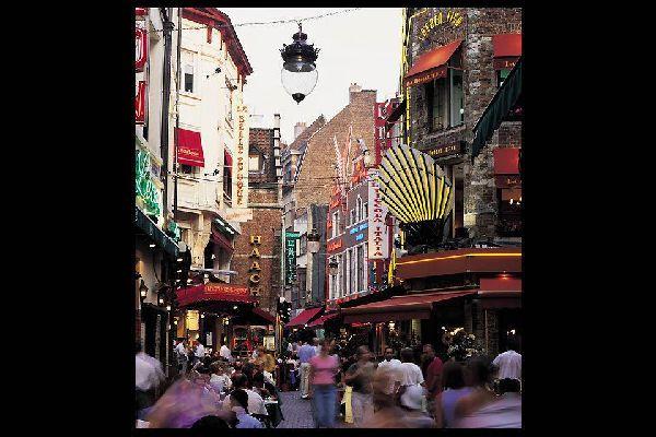Dans cette célèbre rue de la capitale belge, les restaurants s'alignent les uns après les autres.