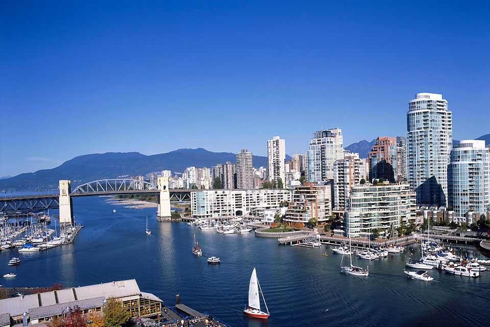 Vancouver se distingue avant tout par sa qualité de vie : en dépit de sa taille (avec 600 000 habitants, c'est la troisième plus grande ville du Canada), la cité parvient à conserver un climat et une ambiance agréables que beaucoup d'autres cités lui envient. La ville a un aspect très moderne, car le manque de place conduit à l'émergence de nombreux gratte-ciel afin d'économiser de l'espace. De larges ...