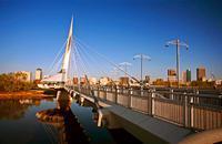 Winnipeg, la capitale du Manitoba, est la plus grande ville de la région des Prairies, et se distingue plus encore que Toronto par sa diversité culturelle issue de multiples vagues d'immigration. Le site de La Fourche (The Forks), le point névralgique de la ville, où les habitants se rassemblent depuis plus de 6 000 ans, se situe au confluent des rivières Rouge et Assiniboine. Lieu d'une centaine de ...