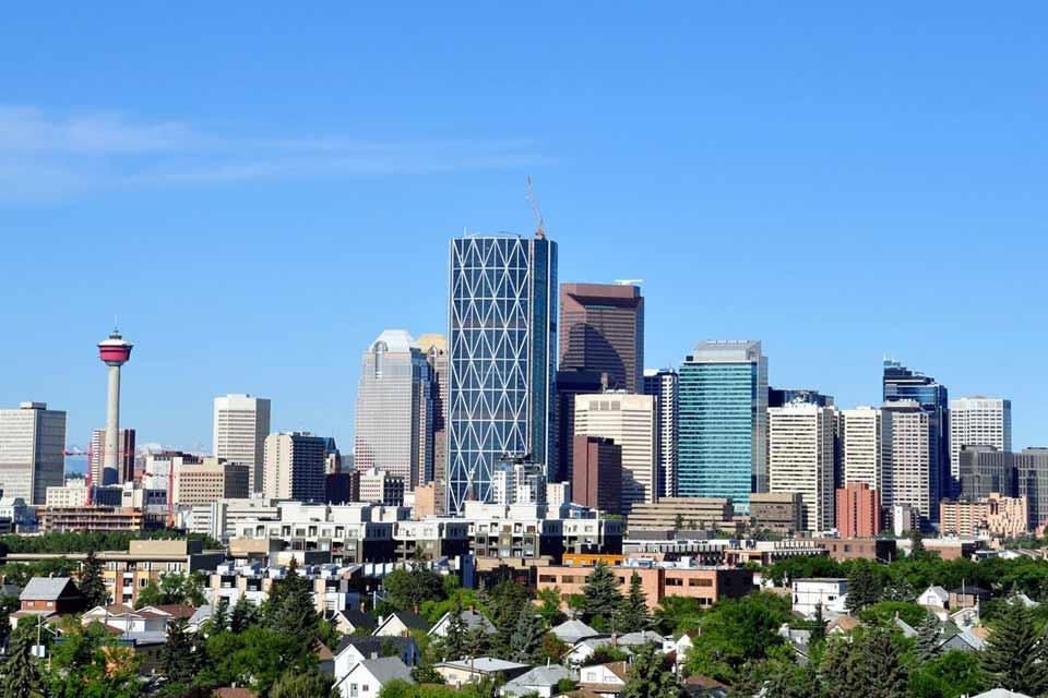 La ville la plus célèbre de l'Alberta reste Calgary, site des Jeux olympiques d'hiver, en 1988. Comme beaucoup de grandes métropoles d'Amérique du Nord, Calgary mêle gratte-ciel, bâtiments historiques et immenses espaces verts. En bordure de la rivière Bow, les sentiers des parcs emmènent les visiteurs à travers la ville. La Calgary Tower permet de découvrir le magnifique panorama sur la cité ou, à ...