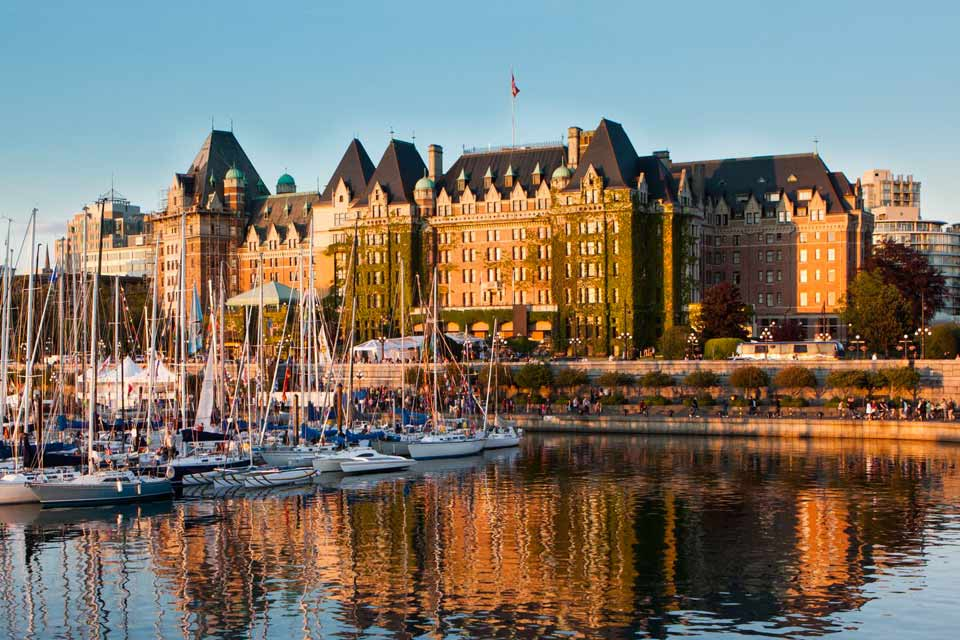 Victoria, the capital of British Columbia, looks like an English city, as its name suggests. Double-decker buses, Victorian architecture, and a number of tea rooms provide the decoration. The mild climate provides gorgeous flowers, as you can see in the Butchards gardens. The Cragdarroch Castle, a magnificent 19th century castle, is amongst the historic sites. The Royal British Columbia Museum tells ...