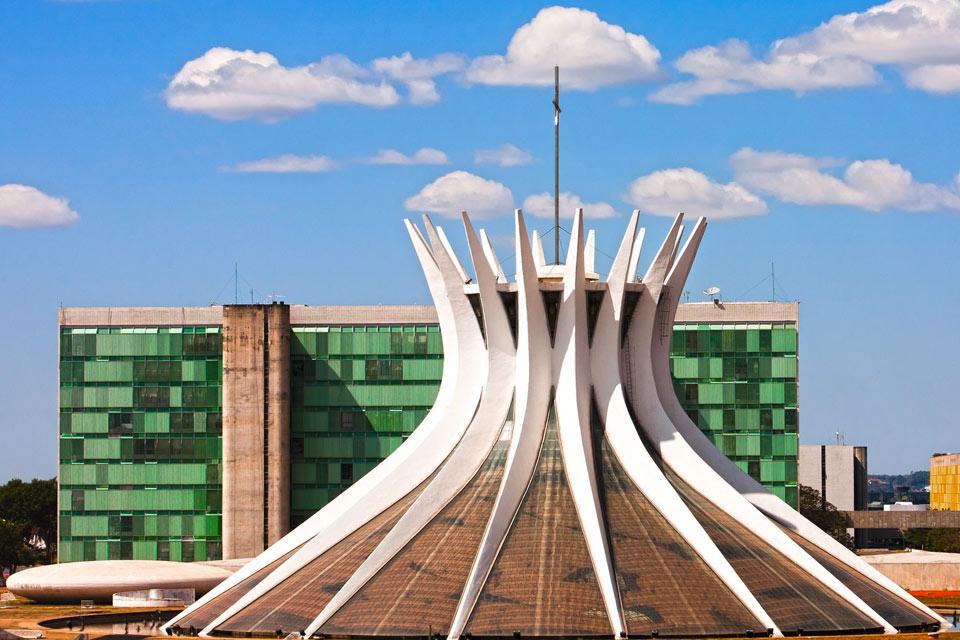 Brasília, seit 1960 die Hautpstadt des Staates, ist aufgrund ihrer Architektur weltweit einzigartig. Sie ist das Werk einer für ihre Zeit sehr modernen Städteplanung, die manchmal als ?futuristisch? bezeichnet wurde, und verfügt über zahlreiche Bauwerke mit puristischer Linienführung, in denen sich Kunst und Architektur vermischen. Aus diesem Grunde gehört die Stadt seit 1987 zum Unesco-Welterbe. Zahlreiche ...