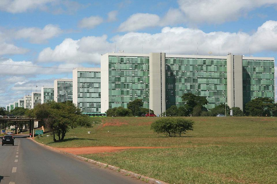 Zahlreiche Architekten beteiligten sich am Bau von Brasilia, insbesondere sind die Namen Lucio Costa und Oscar Niemeyer damit verbunden.
