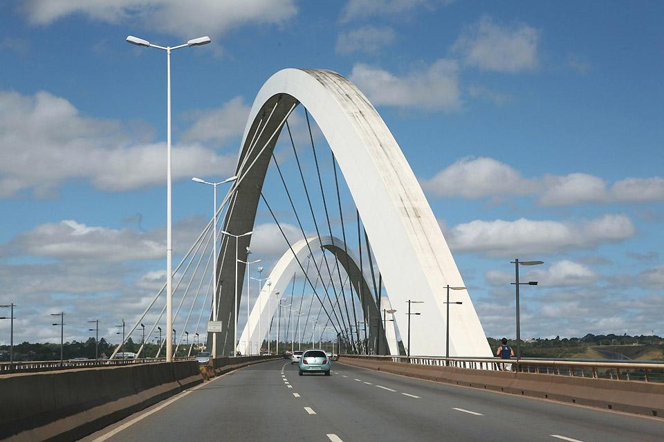 Die Brücke ist eines der architektonischen Wahrzeichen von Brasilia und überspannt den See Paranoà.