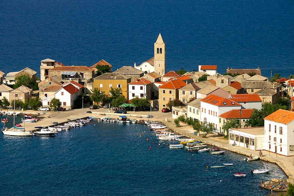 Situata una quarantina di chilometri a nord di Spalato, Trogir è una delle città-museo della Croazia. Alcune delle viuzze selciate del suo centro storico, costruito su un isolotto e classificato patrimonio mondiale dall'UNESCO, risalgono all'epoca greco-romana. Gli hotel di soggiorno balneare sono stati costruiti 5chilometri a nord o a sud della città, su spiagge di ciottoli, ma anche a Ciovo, ...