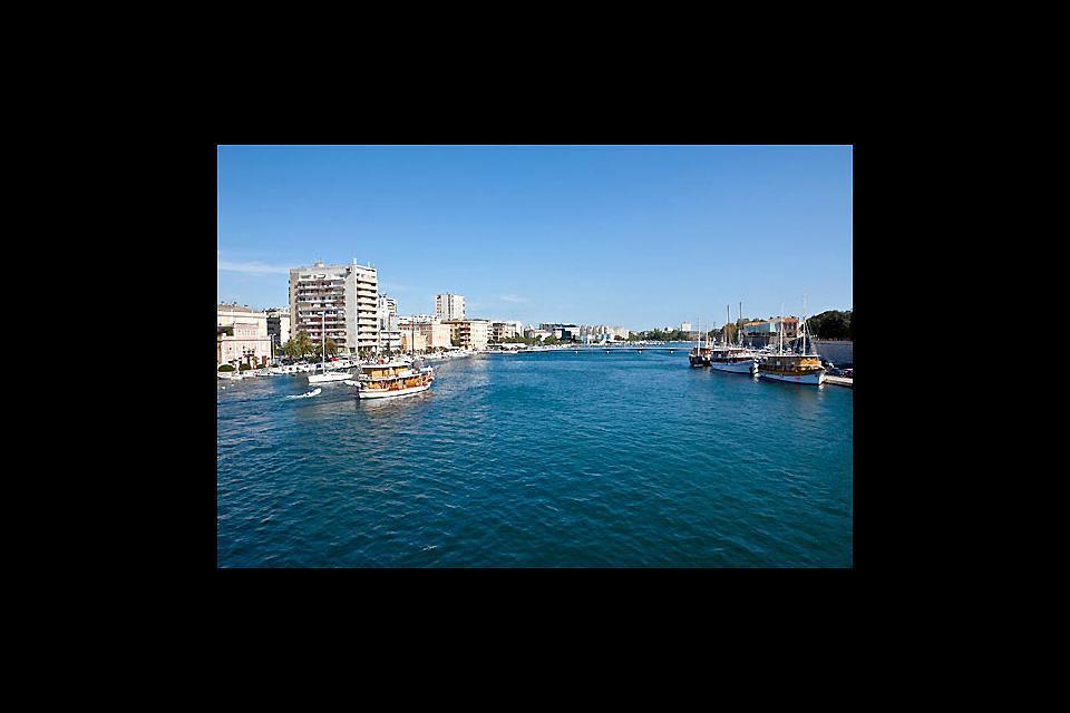 Poiché l'antica città di Zadar è situata su una penisola, una parte della città può essere visitata in battello.