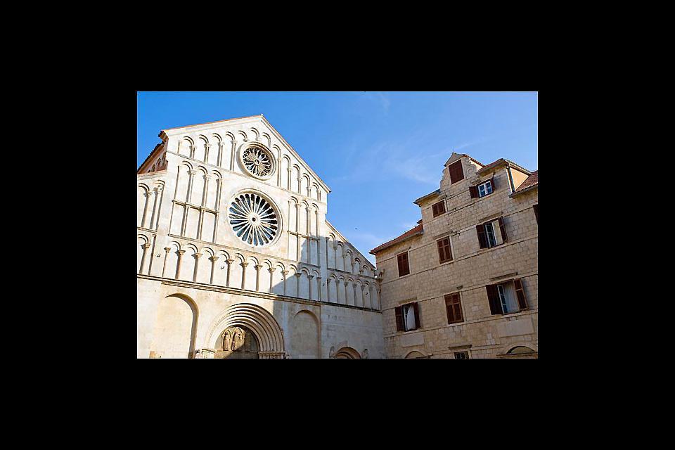 La chiesa di Santa Maria è situata nell'antica città, proprio di fronte alla chiesa San Donat.