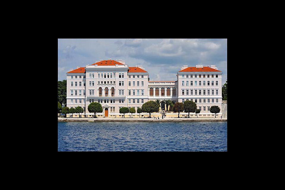 Zadar è situata sul lungomare ed è stata costruita secondo i principi urbanistici romani.