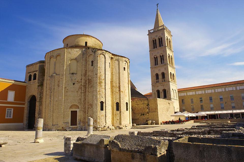 Si può osservare la chiesa in stile bizantino di Zadar con, sulla destra, il campanile della cattedrale di Sant'Anastasia.