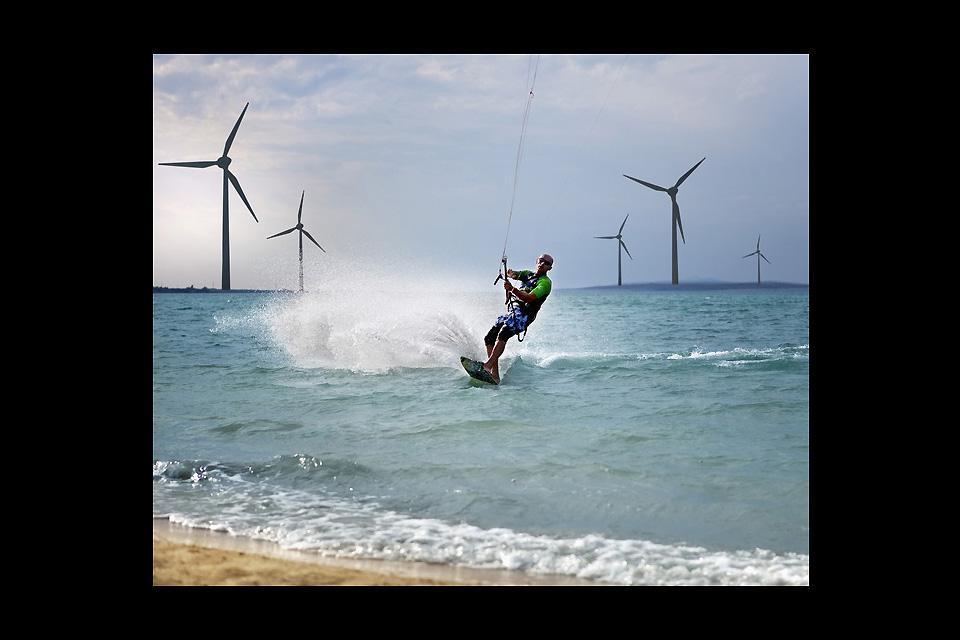 La costa di Zadar si offre a molteplici sport nautici, sulla foto delle pale a vento.