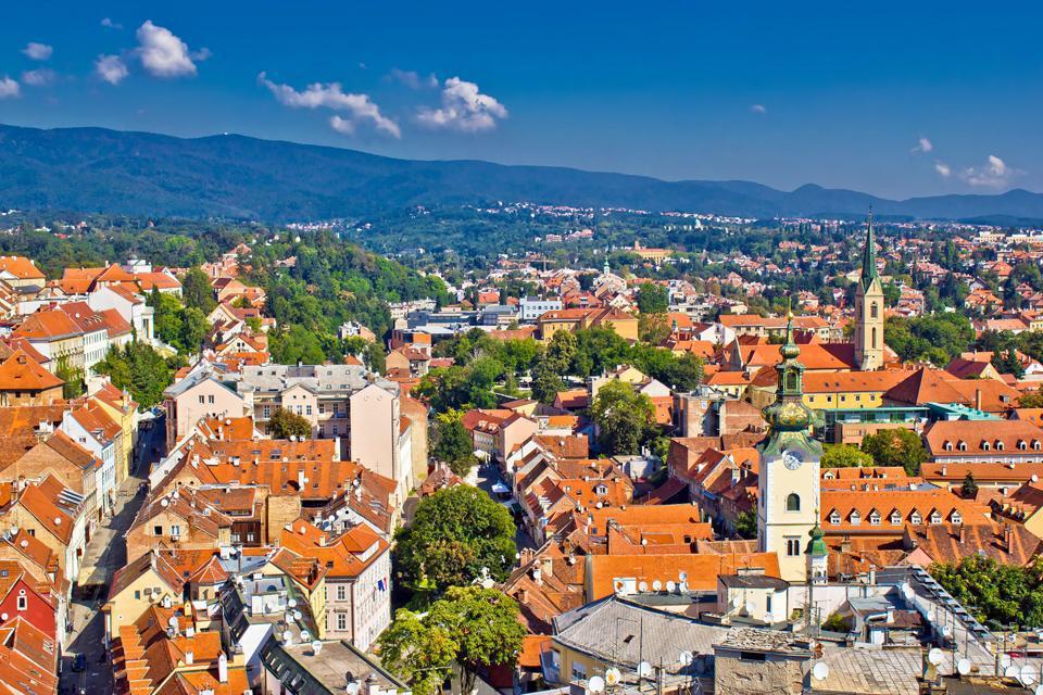 Zagreb está situada entre el río Save y el monte Medvednica (1.035 m); es una ciudad de tranvías azules que se deslizan entre imponentes caserones que recuerdan Viena o Budapest. De hecho existen 3 Zagrebs: la ciudad alta,