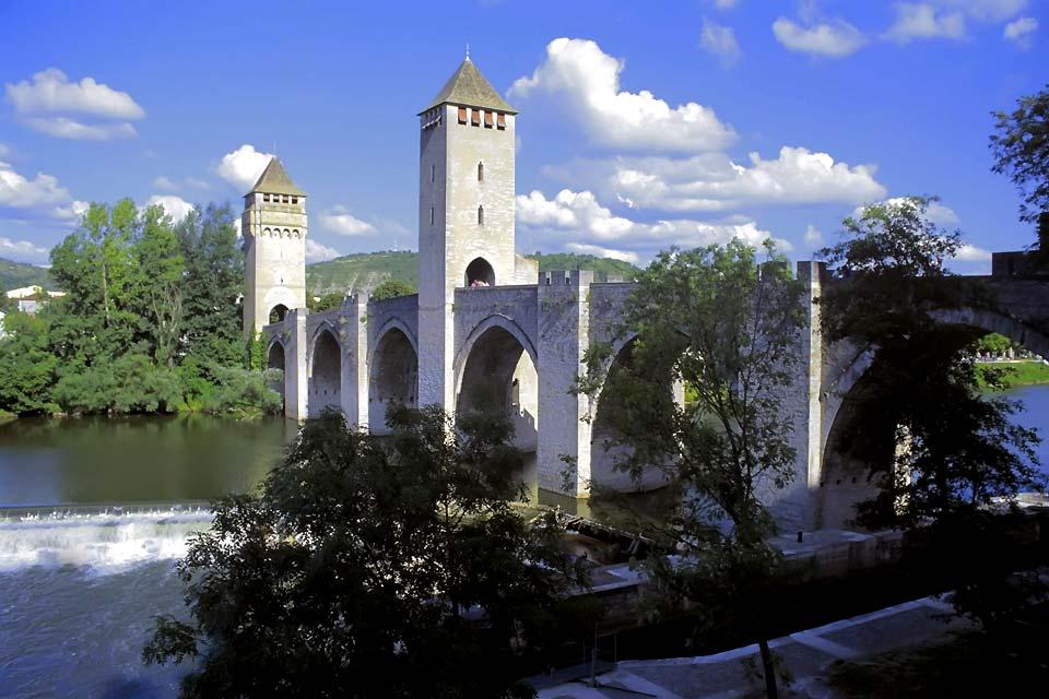 Dans le département du Lot se trouve Cahors, préfecture de la région Midi-Pyrénées. Référencée au patrimoine mondial par l'Unesco, la ville de Cahors est connue pour être une des étapes où les pèlerins s'arrêtent avant de rejoindre Saint-Jacques de Compostelle. Capitale du goût et du bien vivre, Cahors fut une opulente cité gallo-romaine avant d'être célèbre pour sa qualité d'enseignement et sa culture. ...