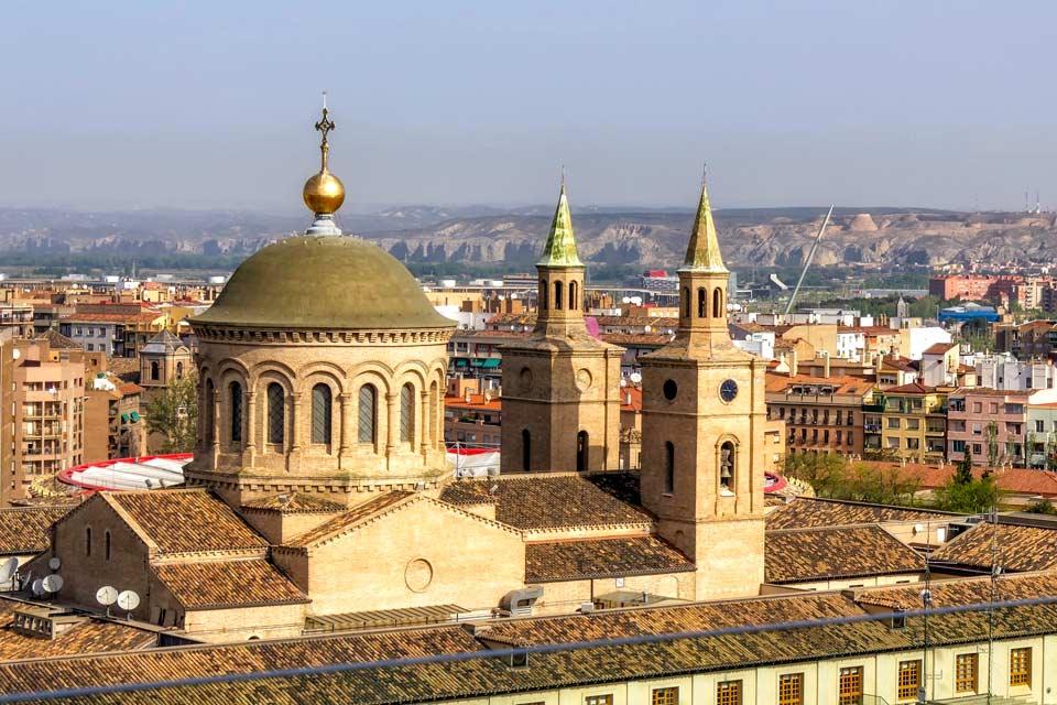 Saragossa liegt an drei Flüssen. Das Kulturerbe der Stadt ist eine Mischung aller Kulturen, die in der Stadt ihre Spuren hinterließen. Das betrifft insbesondere das architektonische Erbe, das es zu einer kosmopolitischen Stadt macht, die die Herausforderungen der Zukunft annimmt, ohne ihre Tradition zu vernachlässigen. So stellt sie ihre Innovationen zur Schau, doch ist dabei sehr auf die Bewahrung ...