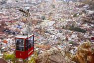Situé dans une gorge profonde et à 2450m au dessus du niveau de la mer, Zacatecas est composé de ruelles montantes et de versants raides.