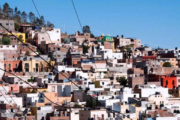 Avant-poste de la colonisation espagnole, dernière halte avant les grands espaces désertiques du Nord, Zacatecas a conservé un cachet colonial, avec ses maisons blanches et ses somptueux palais. Enrichie par ses filons d'argent, elle s'est dotée d'une splendide cathédrale churrigueresque et de couvents, abritant aujourd'hui plusieurs musées intéressants. Ainsi, le musée des Masques : la plus importante ...