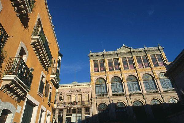 Le centre historique de Zacatecas est caractérisé par les décorations de style colonial et les nombreux balcons en fer présents sur les immeubles.