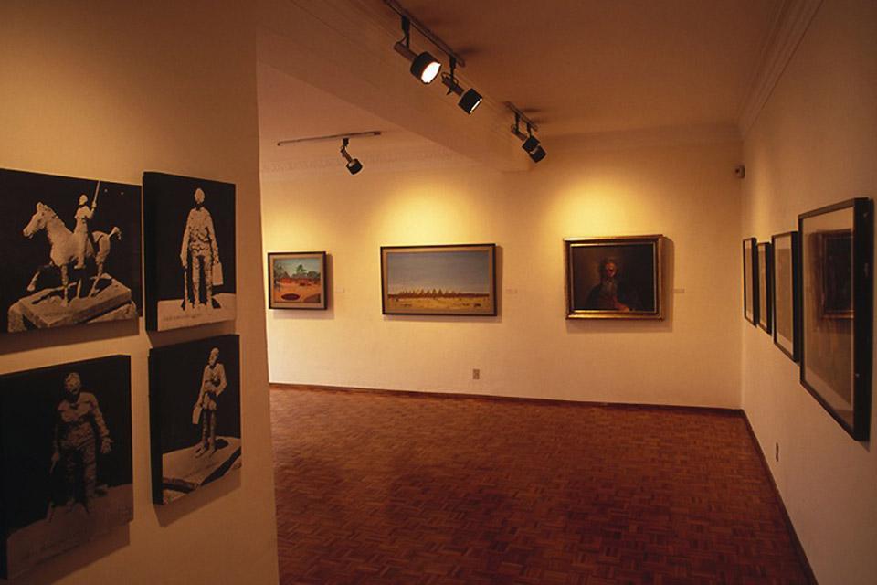 La città è ricca di chiese ora convertite in musei e gallerie d'arte.