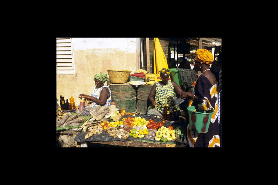 Ziguinchor market offers a wide range of fruits and vegetables, as well as dried fruit, honey, and even palm oil.