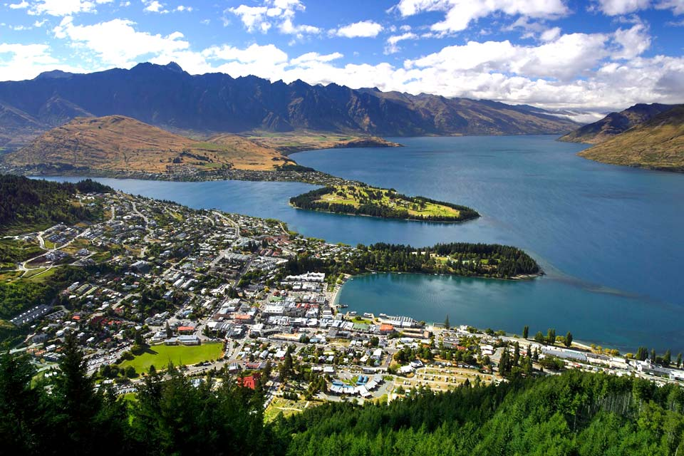 New Zealanders, who are very fond of sport, come to Queenstown to get their thrills. It is the best spot for skiing on the island and there are plenty of thrilling activities to do in summer.