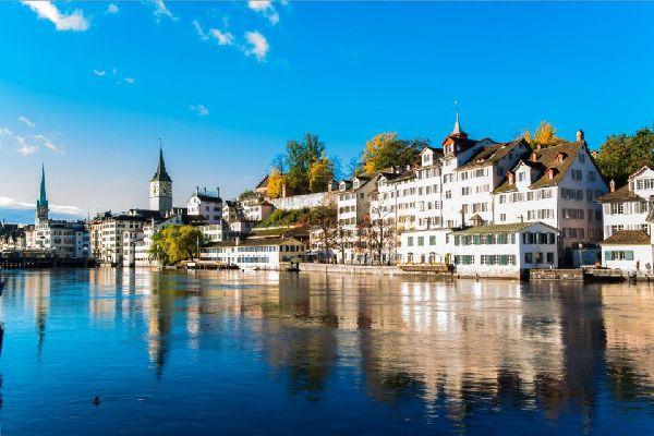 Con quasi un milione di abitanti, Zurigo è il più grande centro urbano della Svizzera, la capitale degli affari e della finanza, un grande polo di attrazione per gli amanti delle arti e i nottambuli. Denominata