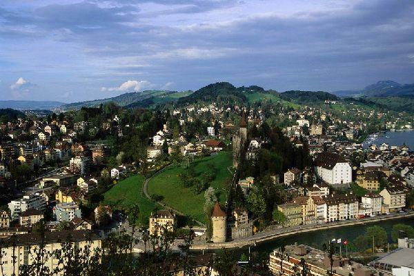 La regione di Zurigo è molto collinare e le Alpi, a sud, sono vicinissime.