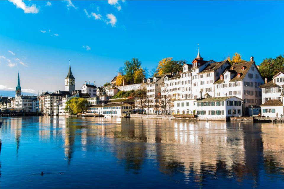 Zúrich es una ciudad magnífica, llena de vida, de movimiento, que a la vez goza de una tranquilidad especial que te sorprenderá. El símbolo de la ciudad es el león, al igual que lo es el oso en la capital (Berna). Con 380.000 habitantes (1,362 millones en el cantón) es la ciudad más grande y poblada de toda Suiza, y bien podría parecer su capital, ya que cualidades no le faltan. Como curiosidad te ...